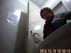 Italian mature sits on public toilet and goes pee