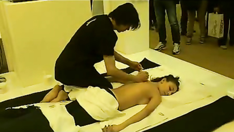 Mall massage for a topless Asian girl