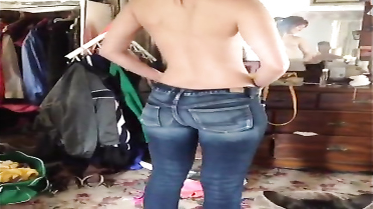 Gorgeous ass girlfriend squeezes into tight jeans