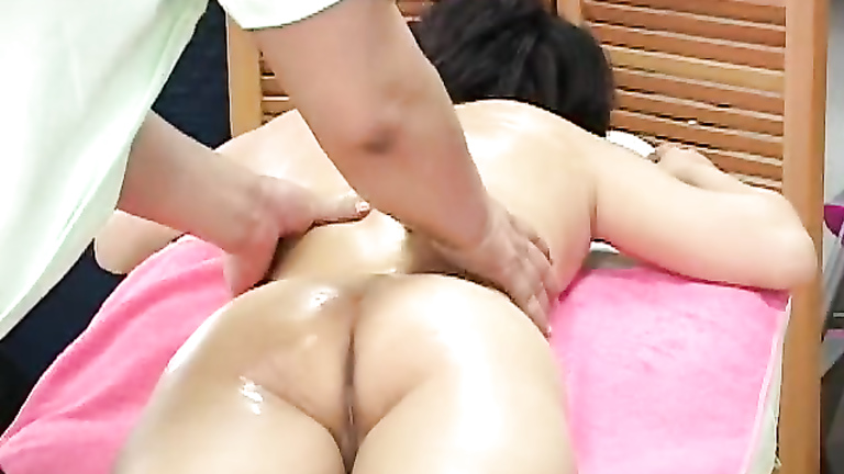 Relaxing massage for juicy pair of buttocks