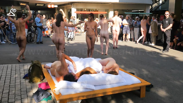 Amazing nudist performance in the middle of the street