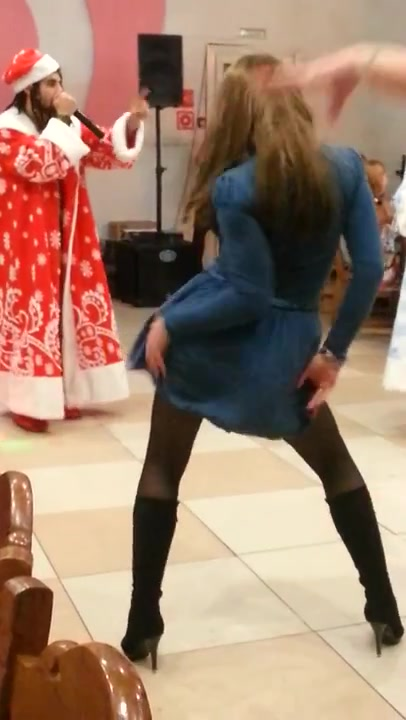 Bombastic brunette shows off her ass to the audience