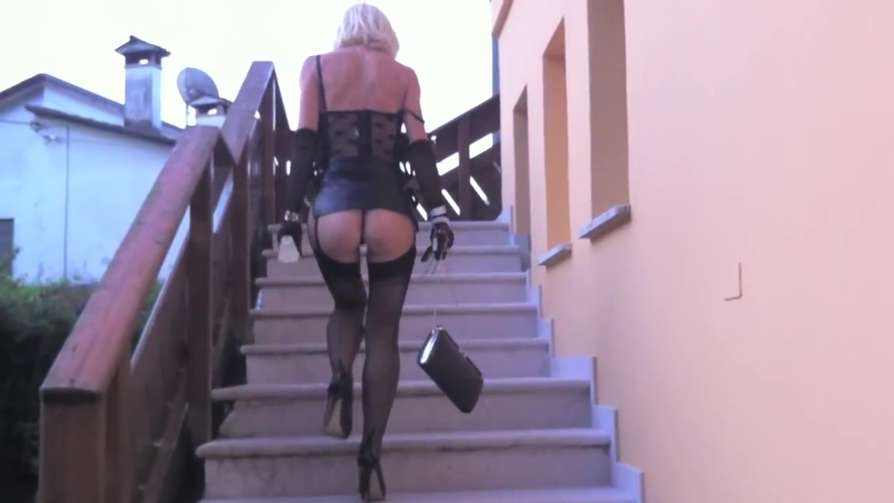 Blonde coquette enjoys exposing her sexy bum