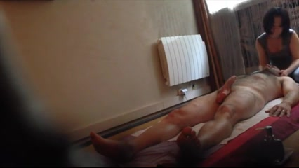 Loose masseur delivers a sensual therapy and a sloppy blowjob
