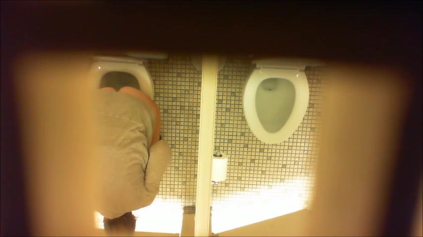 Desperate milf takes a long piss in the ladies room