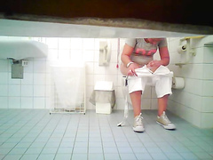 Chubby hussy gets recorded piddling in the ladies room