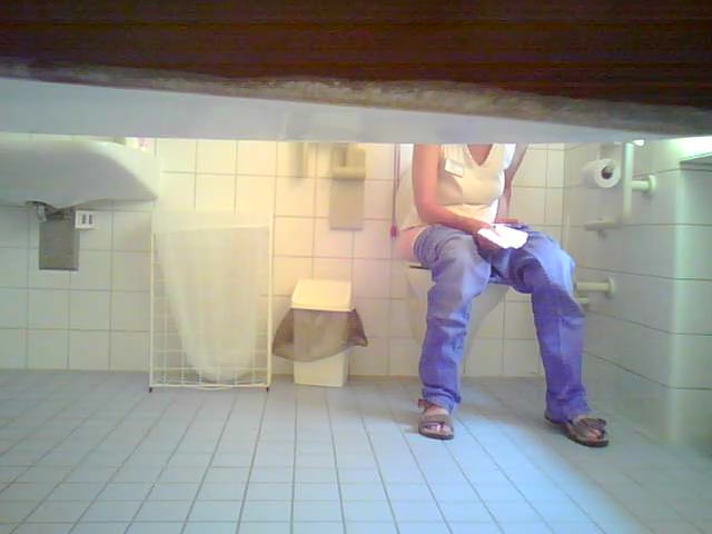 Cutie in jeans makes water in the ladies room