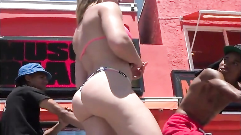 Bikini-clad huge buttocks get filmed from behind on the street