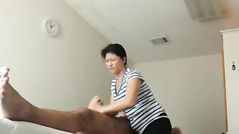 Mature masseuse wanks blindfolded client