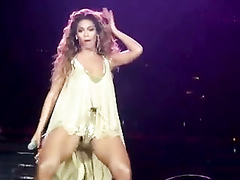 Beyonce dances in concert and her tits jiggle