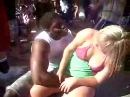 Black dude fingers a curvy woman in public