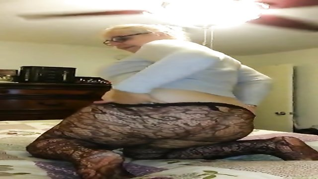 Big booty wife shakes her ass for me