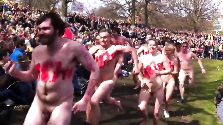 Nude sprint by the lake with a huge audience